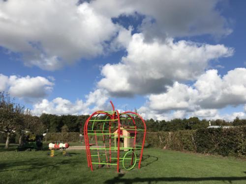 De 'klimappel' die al bijna 30 jaar op de camping staat is onlangs weer mooi geschilderd